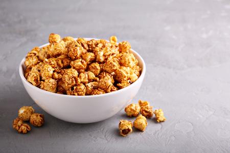 Caramel popcorn in a bowl 版權商用圖片