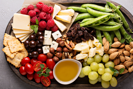tabla de quesos: Cheese plate with fresh vegetables and fruits