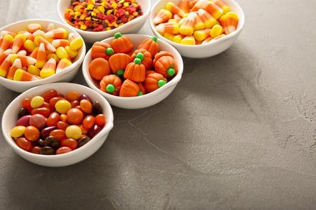 할로윈 사탕과 흰색 그릇에 뿌리
