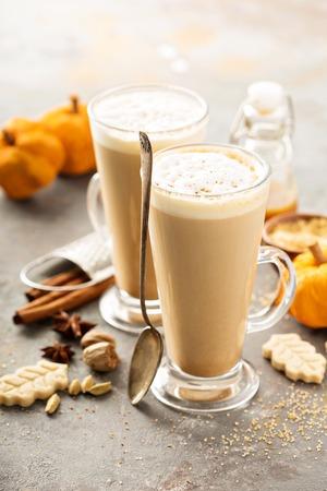 Pompoen spice latte in hoge mokken