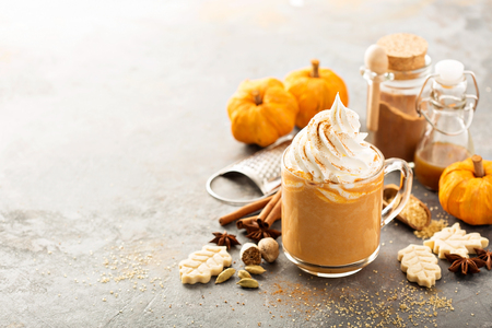 Pumpkin spice latte in a glass mug Standard-Bild
