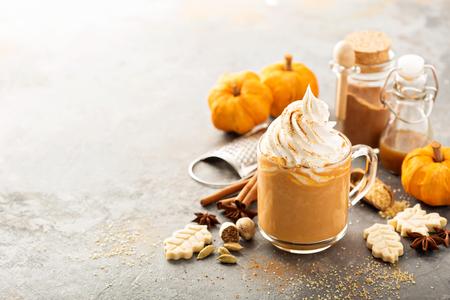 Pumpkin spice latte in a glass mug Stockfoto