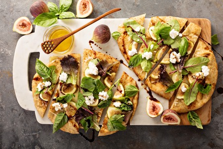 Flatbread fall pizza with balsamic, figs, cheese and salad leaves 版權商用圖片 - 84919401