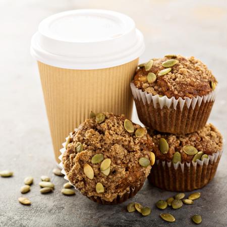 健康的なパンプキンマフィン秋スパイスとコーヒーのカップとカボチャの種