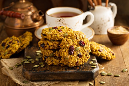 Breakfast oatmeal cookies with pumpkin puree, cranberry and seeds 免版税图像