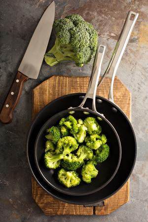 Gestoomde of gestoofde broccoli in een koekepan