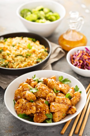 Spicy sweet and sour chicken with rice and cabbage 版權商用圖片 - 87417375