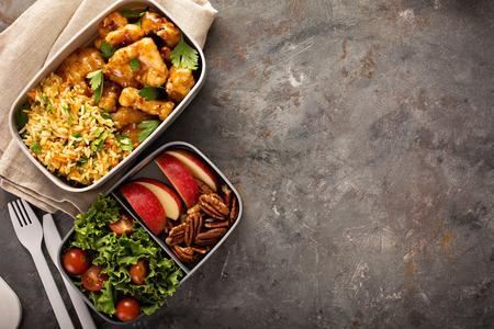 Lunch-Boxen mit Essen bereit zu gehen Standard-Bild - 87425512