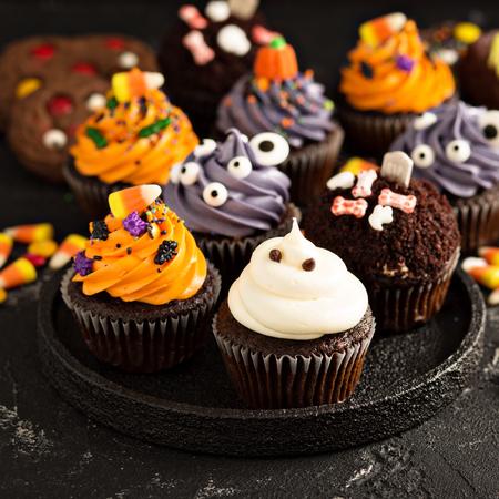 お祝いのハロウィンカップケーキとお菓子 写真素材