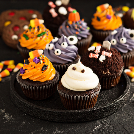 Festive Halloween cupcakes and treats Stok Fotoğraf