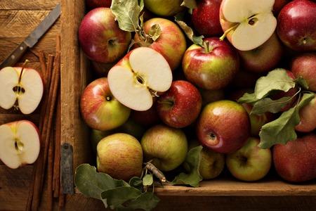 Freshly picked apples in a wooden crate Foto de archivo