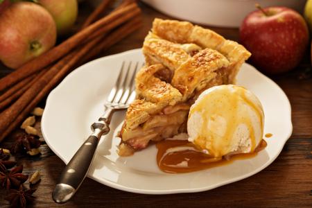 Pezzo di una torta di mele con gelato su un piatto Archivio Fotografico - 87965379