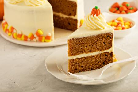 Pompoenspruit gelaagde cake met roomkaas het berijpen Stockfoto - 88056201