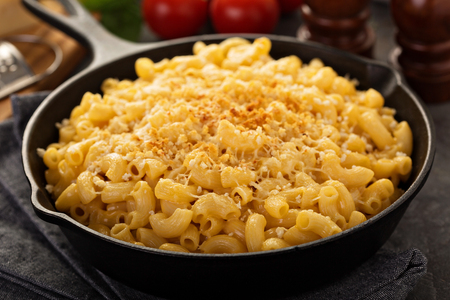 Mac and cheese in a cast iron pan Reklamní fotografie