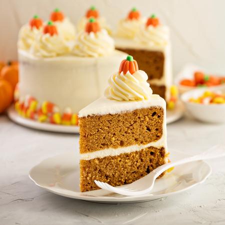 Pompoenspruit gelaagde cake met roomkaas het berijpen