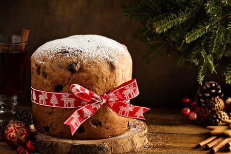 Pan dulce tradicional de Navidad con frutos secos Foto de archivo - 88127768