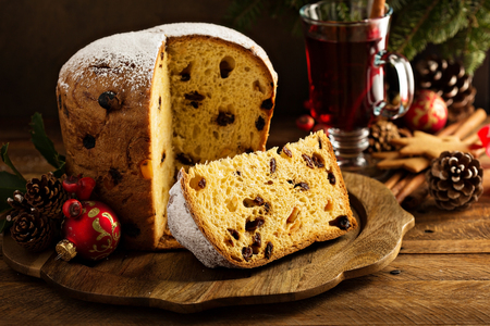 Traditional Christmas panettone with dried fruits Imagens