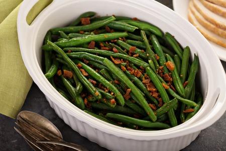 추수 감사절이나 크리스마스 저녁 식사를 위해 베이컨과 녹색 콩