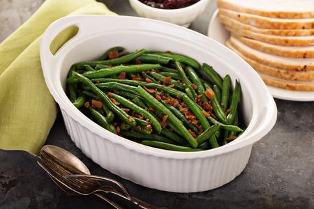 感謝祭やクリスマスのディナーのベーコンと緑の豆