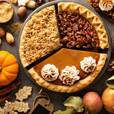 秋の伝統的なパイのカボチャ、ピーカン ナッツ、アップル ・ クランブル 写真素材