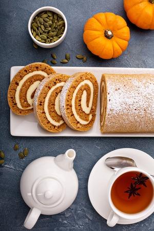 Pompoenbroodje met roomkaas het berijpen Stockfoto