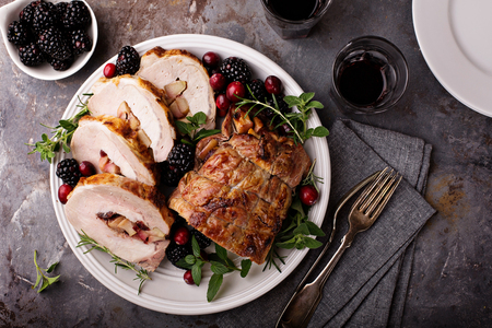 Roasted pork loin stuffed with apple and cranberry Фото со стока - 90942927