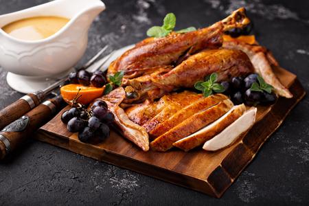 Turquía tallada en una tabla de cortar Foto de archivo - 90943211