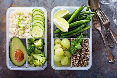 Contenitori per la preparazione di pasti verdi vegani con riso e verdure Archivio Fotografico - 94521814