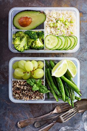Contenitori per la preparazione di pasti verdi vegani con riso e verdure Archivio Fotografico - 94521815
