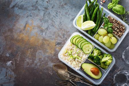 Contenitori per la preparazione di pasti verdi vegani con riso e verdure Archivio Fotografico - 94521817