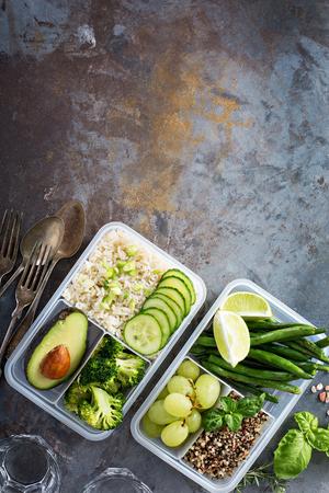 Contenitori per la preparazione di pasti verdi vegani con riso e verdure Archivio Fotografico - 94521819