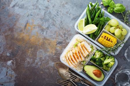 米と野菜を使った健康的なグリーンミール準備容器 写真素材