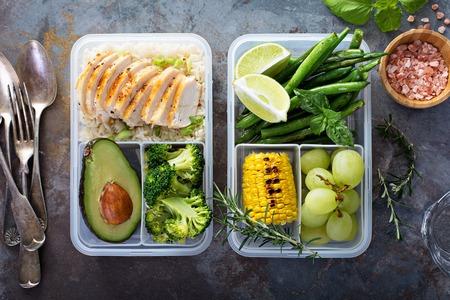 Gezonde groene maaltijd prep containers met rijst en groenten Stockfoto