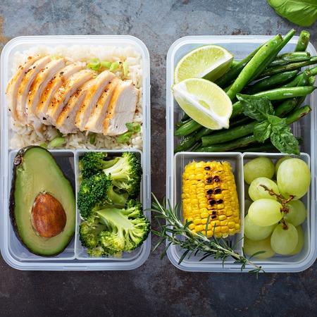 쌀과 야채와 함께 건강한 녹색 식사 준비 용기