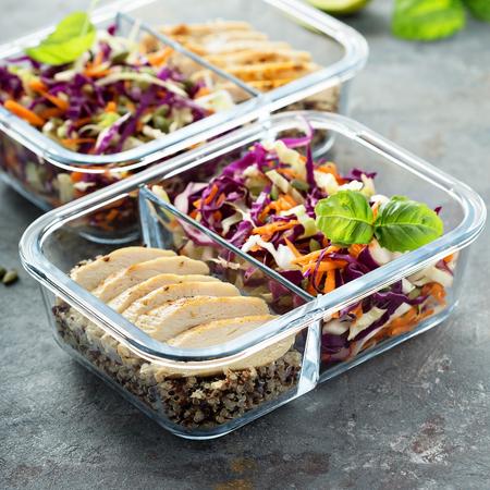 Pojemniki na zdrowy posiłek z komosą ryżową i kurczakiem Zdjęcie Seryjne