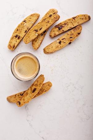 Zelfgemaakte biscotti op een marmeren oppervlak