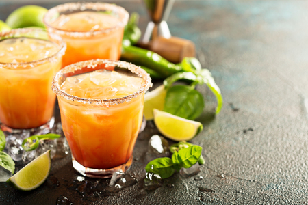 Spicy tequila sunrise margarita cocktail with lime and hotpepper 版權商用圖片