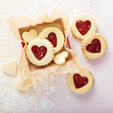 Vanille linzer koekjes met aardbei gelei vullen voor Valentijnsdag