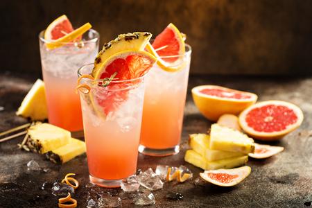 Cocktail ou cocktail sans alcool au pamplemousse et à l'ananas, boisson rafraîchissante à l'eau gazeuse