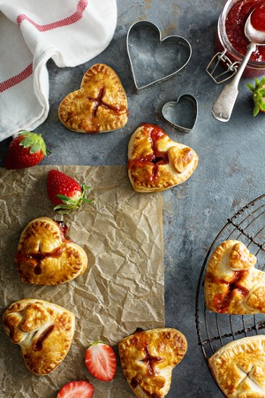 Heart shaped strawberry hand pies 免版税图像