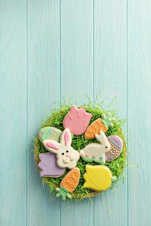 Biscuits de pâques sur une grande plaque Banque d'images - 96533338