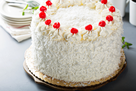 Coconut cake with maraschino cherries Banque d'images