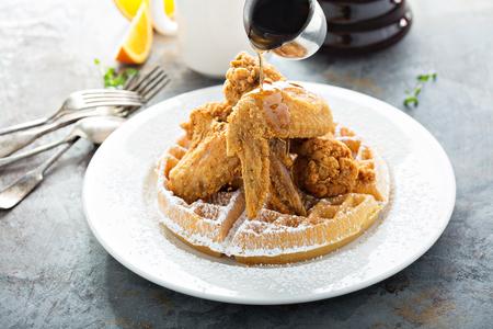 フライドチキンとワッフル、シロップを注ぐ、南部の食品コンセプト