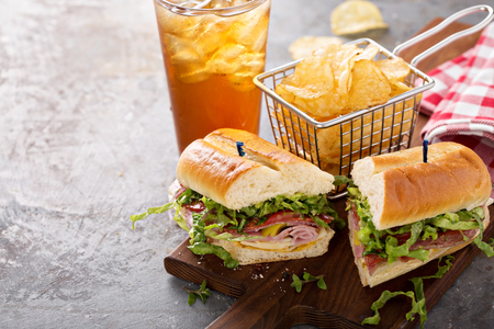 Italienisches Sub-Sandwich mit Chips Standard-Bild - 98985093