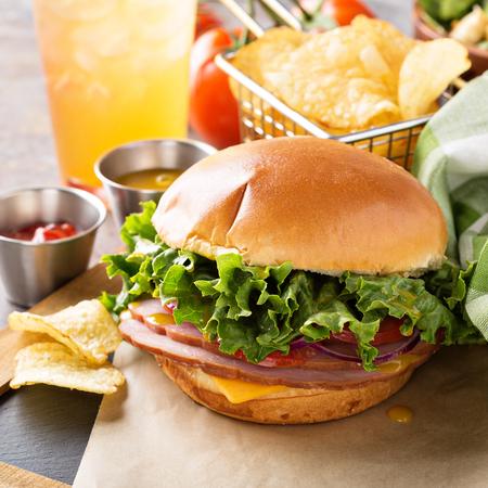 Sandwich de jamón con queso americano Foto de archivo - 98985219