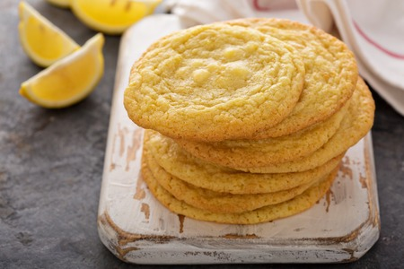 Lemon cookies with white chocolate chips 版權商用圖片 - 98985359