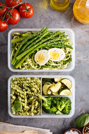 Vegetarian meal prep containers with pasta and vegetables Stockfoto