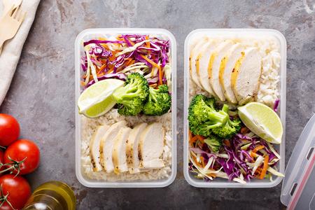 Recipientes para preparar comidas saludables con pollo y arroz Foto de archivo