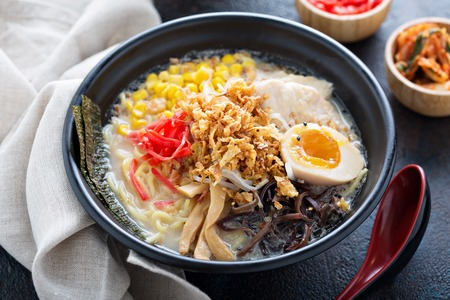 Spicy ramen bowl with noodles and chicken Stockfoto