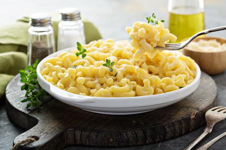 Macarrones con queso en una placa blanca.